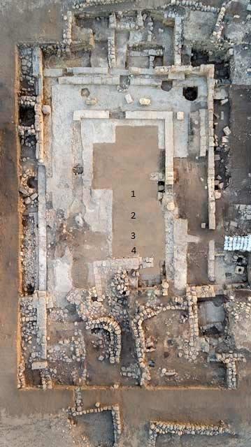 Vista aérea de la sinagoga y de un edificio público medieval. (Autoridad de Antigüedades de Israel)