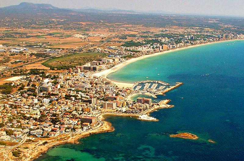 Vista aérea de la bahía y playa de Palma de Mallorca con el islote de Na Galera en primer término. (Deltascope/CC BY-SA 3.0)