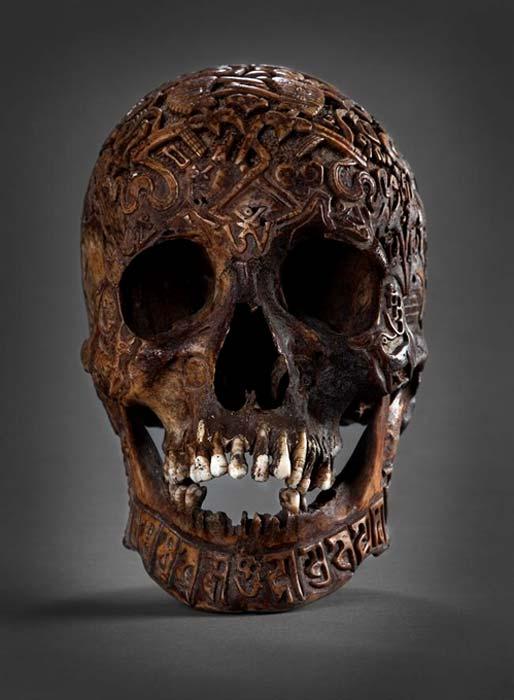 Vista frontal del cráneo tallado. (Klemens)