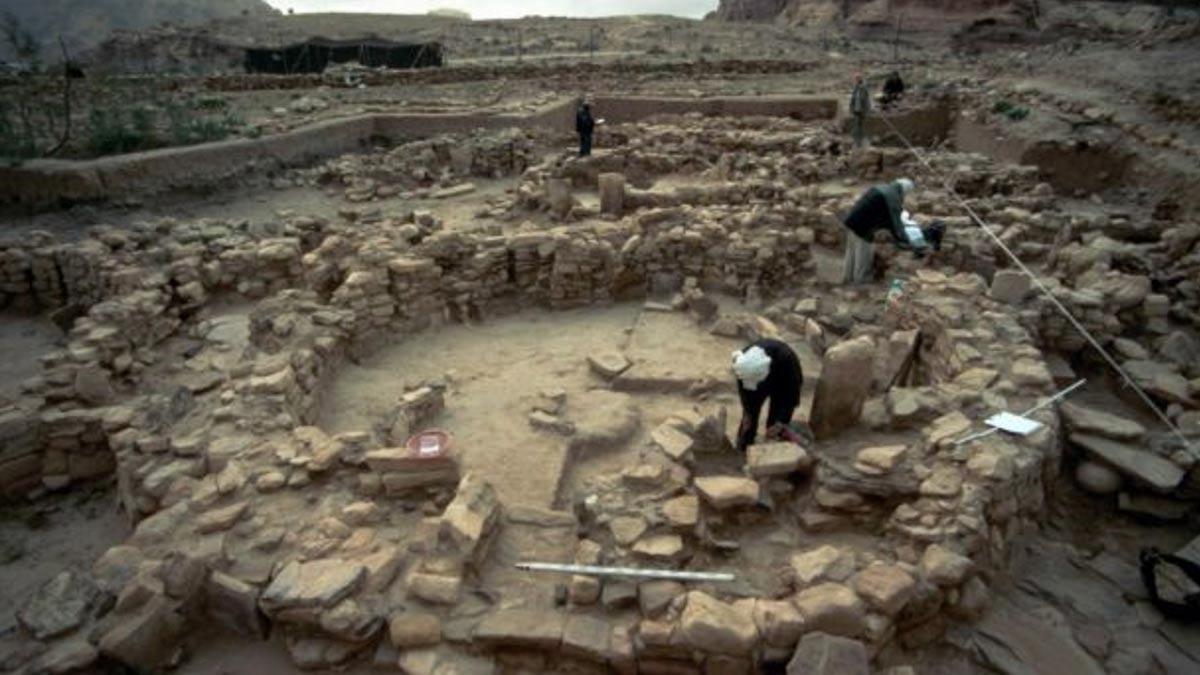 Las gentes que vivían en Shkārat Msaied hace 9.000 años construían viviendas de piedra circulares de gran tamaño, en cuyo interior enterraban a sus muertos. Fotografía: Moritz Kinsel, Proyecto Neolítico Shkārat Msaied , Universidad de Copenhague.