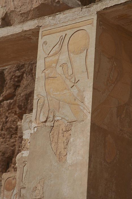 En este pilar del templo de Hatshepsut en Luxor podemos observar dos imágenes de Wadjet. (CC BY-SA 3.0)