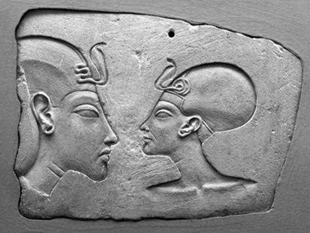 La Placa de Wilbour del Museo de Brooklyn. Nefertiti aparece retratada con un tamaño casi idéntico al de su marido (Fuente: Museo de Brooklyn)