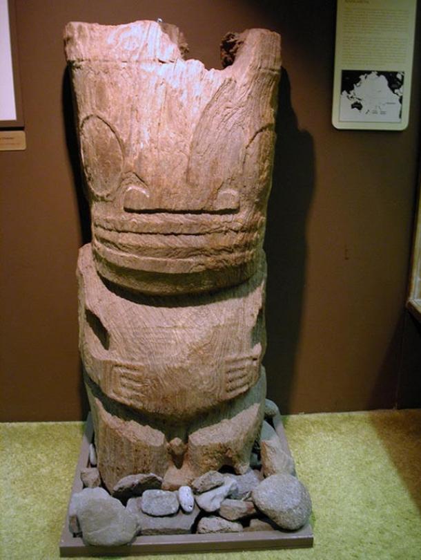 Talla en madera procedente de Mangareva (Wikimedia Commons)