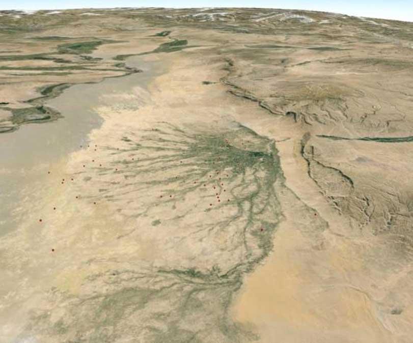 Algunos yacimientos arqueológicos conocidos del norte de Afganistán siguen cursos activos y paleocanales del río Balkhab; el personal de CAMEL ha mapeado miles de ellos utilizando imágenes de satélite, lo que incluye los lugares marcados en la fotografía. (Google Earth)