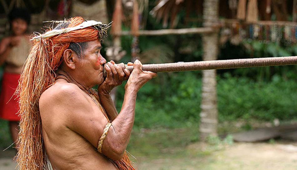 Hombre de la tribu yagua (yahua) realizando una demostración del uso de la cerbatana en una de las islas del Amazonas cercanas a Iquitos, Perú. (CC BY-SA 3.0)
