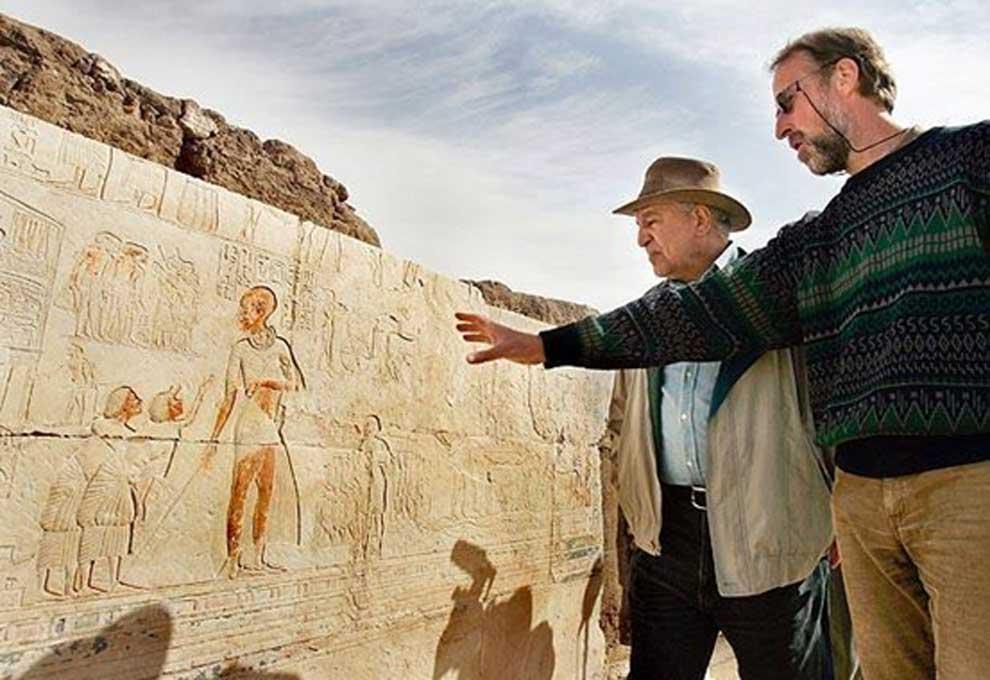 Zahi Hawass y un arqueólogo inspeccionan una pintura de un posible gigante en Saqqara en el año 2007. Foto cortesía de AP Photo / Ben Curtis.