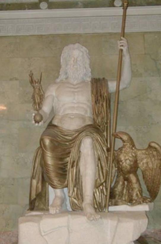 Zeus sedente romano de mármol y bronce (restaurado) realizado según el tipo establecido por Fidias y su probable aspecto en el Templo de Olimpia. (Museo del Hermitage, San Petersburgo). (Dominio público)