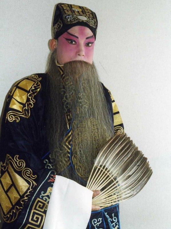 Los abanicos comenzaron a utilizarse como complementos en las representaciones de la ópera teatral china. En la imagen, el personaje Zhuge Liang de la Ópera de Beijing encarnado por el actor Lu Daming. (ウィキ太郎 wikitaro/CC BY-SA 4.0)
