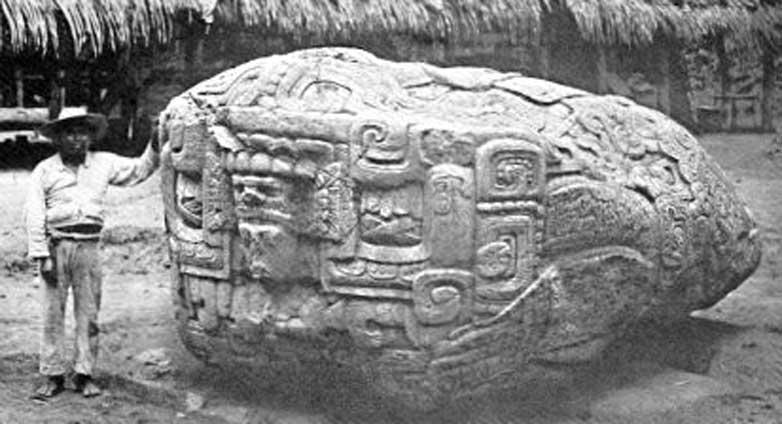 Quiriguá, Guatemala: Zoomorfo B, fotografía de Alfred P. Maudslay, 1902. (Dominio público)