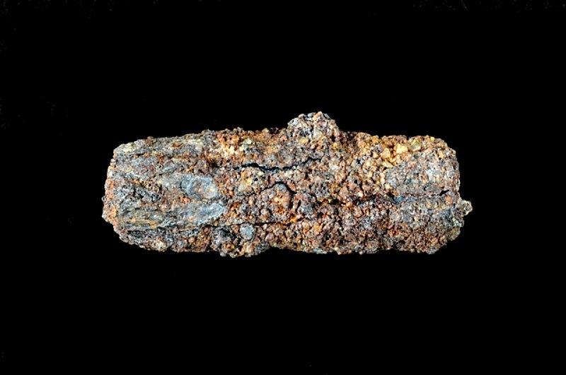 Pieza de 1,8 centímetros de largo hallada en 1911 en una tumba de la necrópolis de Gerzeh fabricada también con hierro procedente de un meteorito. (Fotografía: La Nación/OPEN UNIVERSITY)