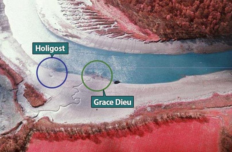 Fotografía aérea en la que se puede apreciar el contorno en forma de U (círculo azul) a orillas del río Hamble, situado a solo 50 metros de los restos de la nave capitana de Enrique V, The Grace Dieu (círculo verde)
