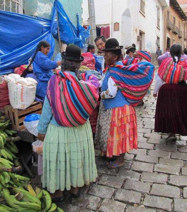 Una mujer afroboliviana vestida con ropa tradicional andina en Coroico, Bolivia. (Niño italiano / CC BY-SA 4.0)