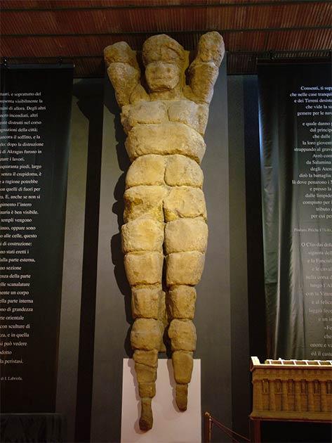 """El Telamón de Agrigento en exhibición en un museo de Sicilia. Es bastante similar a la estatua de Atlas que pronto será """"reconstruida"""" que se encuentra en la misma área del Valle de los Templos. (Clemensfranz / CC BY-SA 3.0)"""