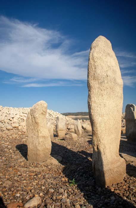 Algunos de los megalitos alcanzan los dos metros de altura. Crédito: Rubén Ortega Martín / Raíces de Peralêda