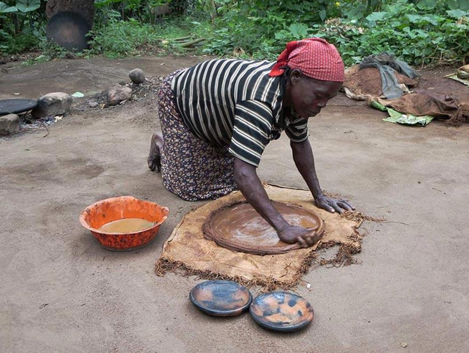 Mujer Ari modela un plato para cocinar en una aldea del sur de Etiopía. (David Stanley/CC BY 2.0)