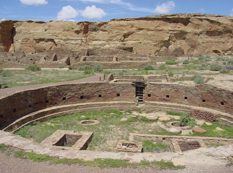 Las ruinas de una antigua Kiva o estancia ceremonial en el Cañón del Chaco; muchos indios Pueblo aún utilizan a día de hoy estas Kivas para sus ceremonias religiosas. (Wikimedia Commons)