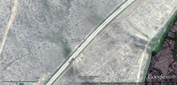 Esta imagen de satélite nos muestra la carretera R-259 atravesando uno de los antiguos geoglifos de Torgay en Kazajistán. Foto: Google Earth