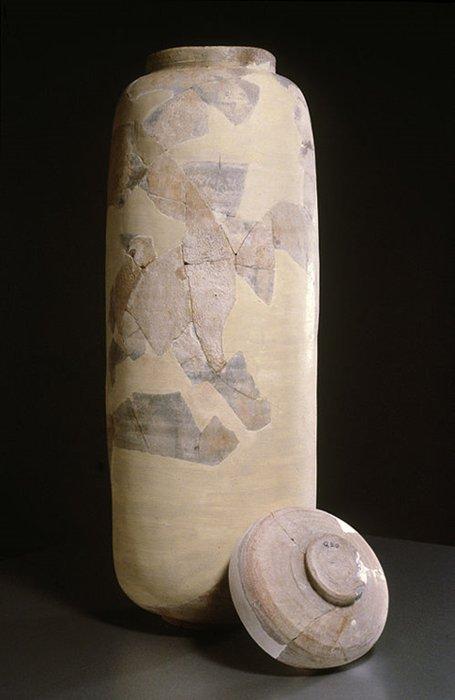 Entre los años 1948 y 1956 los investigadores hallaron 80 manuscritos intactos y más de 20.000 fragmentos en 11 cuevas de Qumram. En estos textos hay pasajes de todos los libros del Antiguo Testamento con la excepción del Libro de Ester. Los judíos de la antigüedad empleaban tinajas de este tipo para guardar documentos escritos sobre pergamino, cobre y papiro. (Wikimedia Commons)
