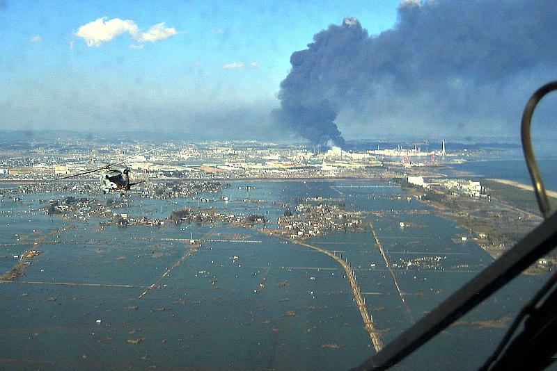 Labores de aprovisionamiento de los supervivientes de un terremoto de magnitud 9 y un posterior tsunami llevadas a cabo por un helicóptero SH-60F en Japón en el año 2011. (Public Domain)