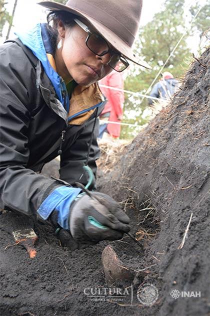 Arqueólogo recupera cerámica en el sitio de Nahualac, México. (Isaac Gómez, cortesía Proyecto Arqueológico Nahualac, SAS-INAH.)