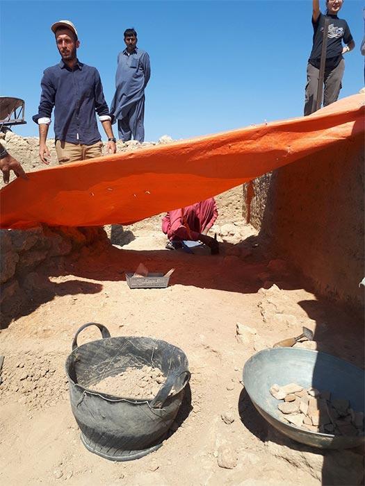 Arqueólogos italianos y paquistaníes visitan la antigua ciudad de Bhanbhore el 8 de febrero de 2020, donde se descubrió la fábrica de marfil. (Imagen: Consulado General de taly Karachi)
