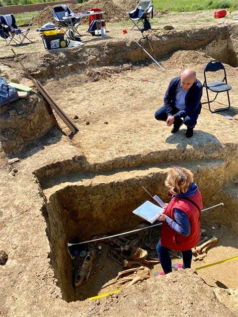 Arqueólogos que investigan la tumba guerrera Avar de tierra en el sitio de excavación en Croacia. (Ivan Bosancic)