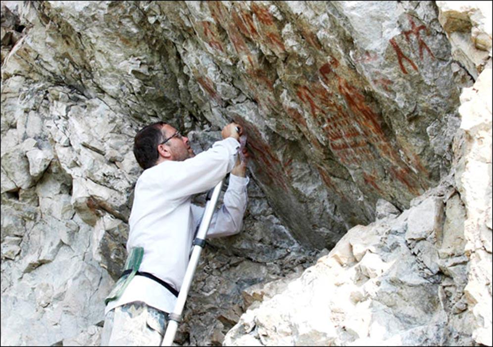 Arqueologo-examina-arte-rupestre-Transbaikal