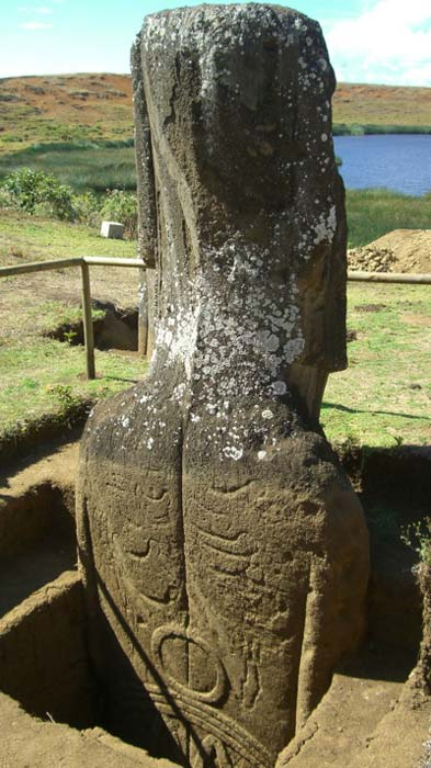Arte rupestre reexpuesto durante la excavación de dos Moai por Jo Anne Van Tilburg y su equipo en la cantera Rano Raraku, Rapa Nui. (Jessica Wolf / Universidad de California, Los Ángeles)