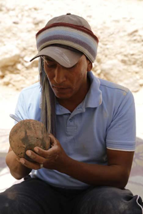 Artisan restaura los artefactos encontrados en el sitio. (Ministerio egipcio de antigüedades)