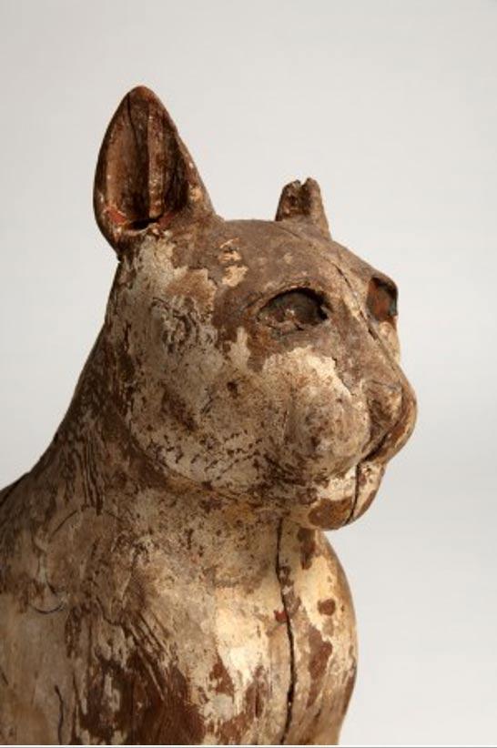 La cara tallada de forma artística de un gato momificado, hallado en una catacumba Antigua de Egipto.