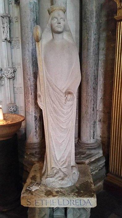 Aethelthryth como Santa Etheldreda en la Catedral de Ely, Cambridgeshire, Inglaterra. (Francis Helminski / CC BY-SA 4.0)