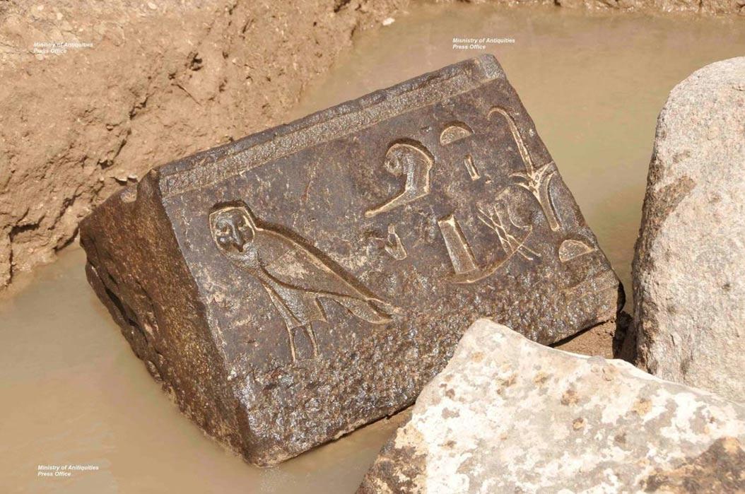 Este bloque de basalto con un halcón grabado sobre su superficie fue descubierto este mismo año en el santuario de Nectanebo (Foto: Ministerio de Antigüedades egipcio)