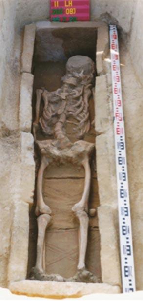 El entierro revestido de ladrillos de Grave 54 representa tradiciones antiguas tardías, que prevalecieron entre la supuesta generación fundadora del cementerio. (Corina Knipper et al. / PLOS ONE)