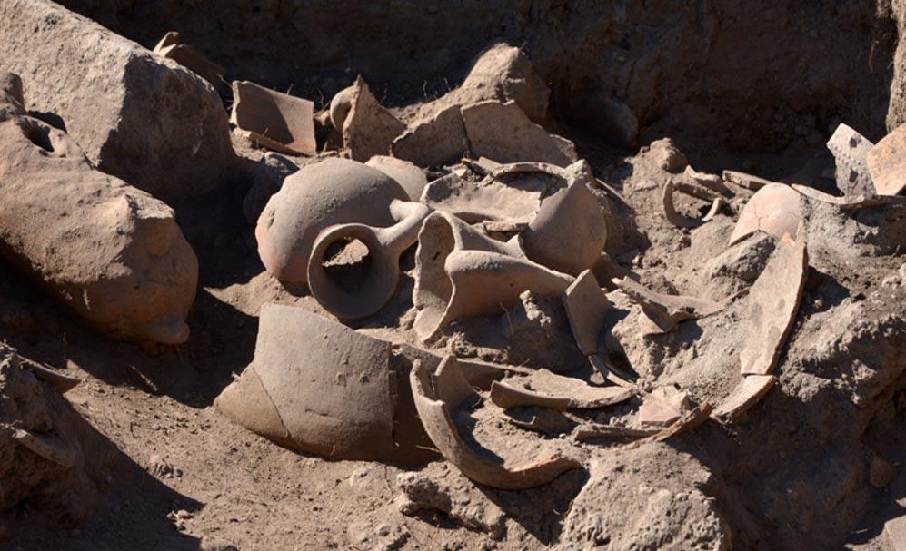 Piezas de cerámica rotas descubiertas en una de las viviendas, posible prueba del abandono del poblado (Foto: Melitón Tapia/INAH)