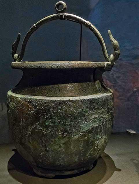 Cubo de bronce para mezclar vino con asas en forma de ganso de un termopolio (restaurante de comida rápida) en Pompeya Romana del siglo I d.C. (Mary Harrsch / CC BY NC SA 2.0)
