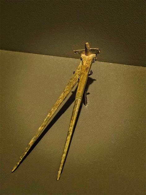 Brújula de bronce del ingeniero romano. (Mary Harrsch / CC BY NC SA 2.0)