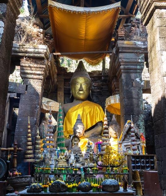 Estatua de Buda dentro del santuario en Vat Phou, Laos. (rudiernst / Adobe stock)