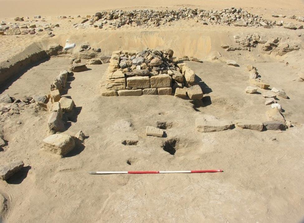 Los arqueólogos descubrieron una cámara funeraria que albergaba los restos de tres niños de corta edad. Era el único enterramiento de todo este conjunto de pirámides que había escapado al expolio de los saqueadores. Foto: D. A. Welsby; © Archivo de la SARS NDRS