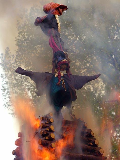 Quema de efigies de brujas en la Noche de Brujas en la República Checa. (Dominio publico)