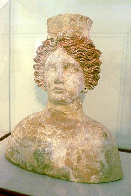 Busto de la diosa Tanit hallado en la necrópolis de Puig des Molins. Siglo IV A.C. Museo del Puig des Molins en Ibiza, España. (Dominio público)