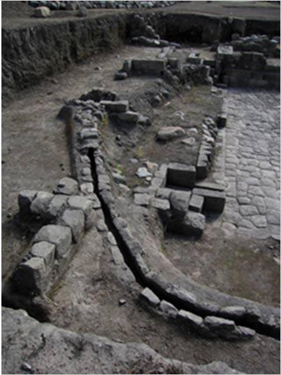 Los canales conducen el agua alrededor del estanque de Caranqui conocido como Templo del Agua.