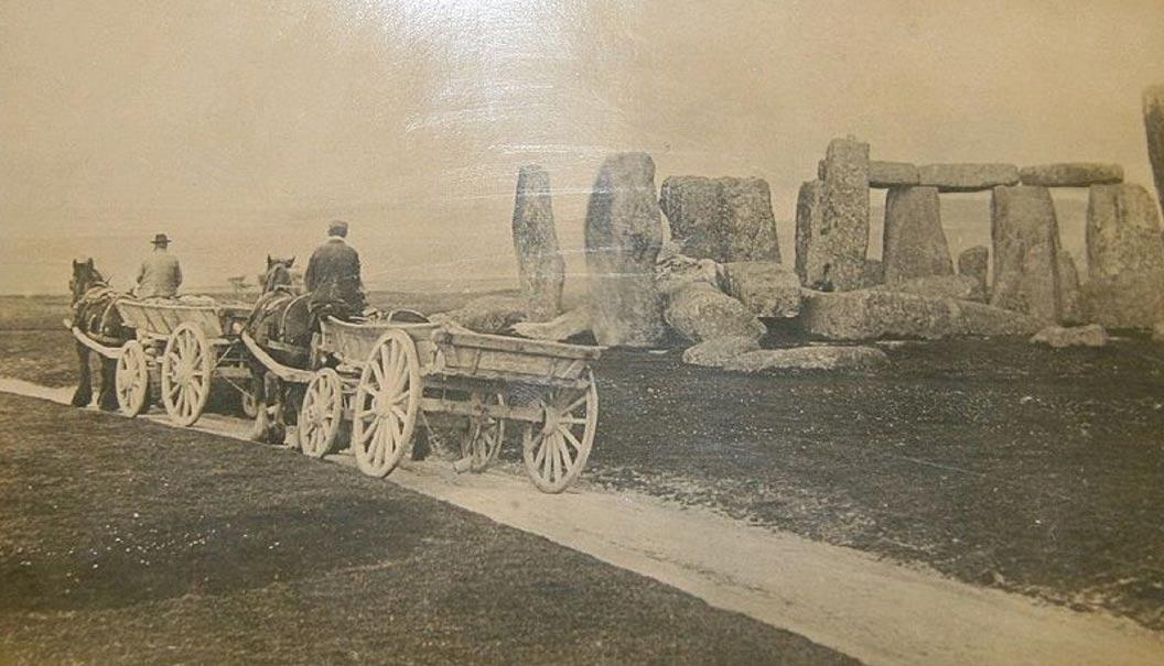 Carros pasando junto a Stonehenge en 1885. (Public Domain)