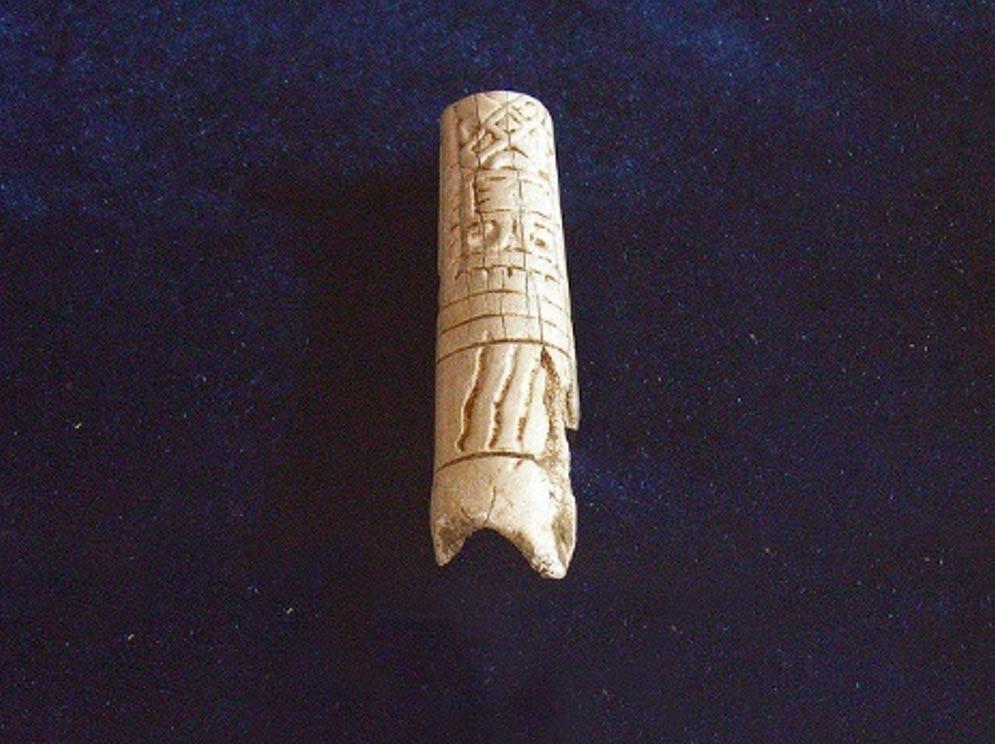 Hueso humano grabado utilizado para sostener un aguijón de raya en ceremonias de derramamiento de sangre. Museo de Nim Li Punit, Belice. (Flickr/CC BY-SA 2.0)
