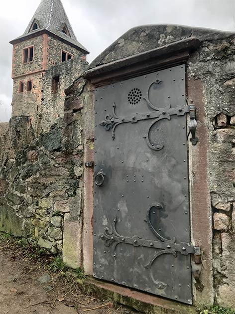 Puerta del castillo de Frankenstein (Kim Warden / Adobe Stock)