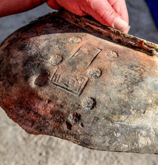 Fragmento de una vasija cerámica de gran tamaño hallado en el lago. El sello estampado sobre su superficie está escrito en Armenio y Sirio. Foto: Dmitry Gorn