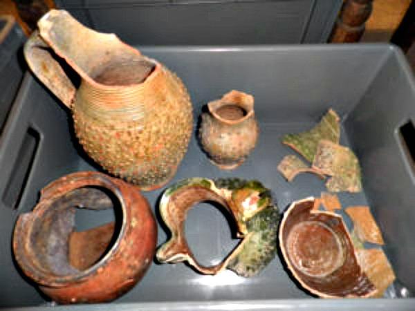 Dentro de las cajas se descubrieron objetos romanos, medievales y modernos, entremezclados y sin ningún tipo de señalización. (Fotografía: pamplonaactual.com)