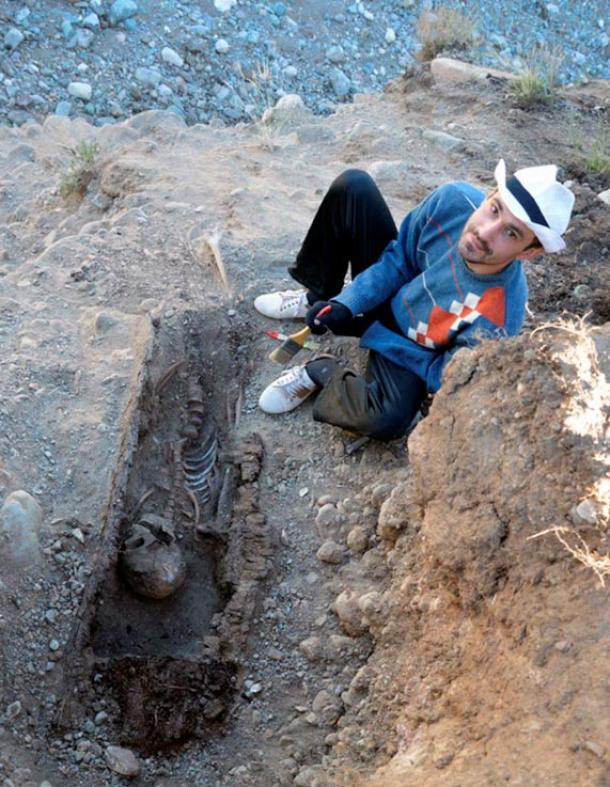 El bebé había sido enterrado en un pequeño túmulo funerario ubicado entre sendos túmulos pertenecientes a dos adultos, probablemente sus padres. Fotos: Universidad Estatal de Gorno-Altaisk