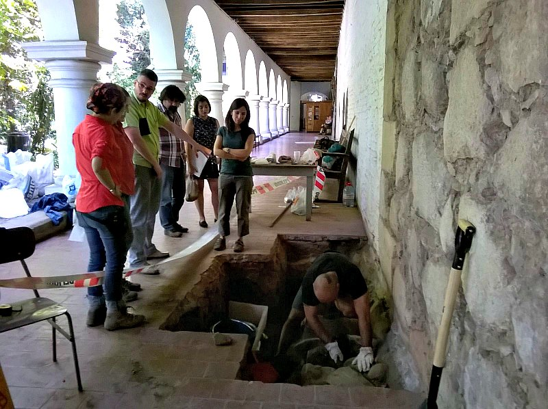El equipo científico analizando el sorprendente sistema constructivo descubierto en los cimientos de la Iglesia y Convento de San Francisco de Santiago de Chile. (Fotografía: FAU/Universidad de Chile)