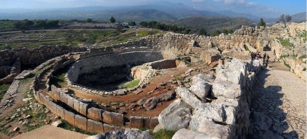 Tumba circular y entrada principal de la ciudadela de Micenas, uno de los mayores centros urbanos de la civilización Micénica. (Wikipedia)
