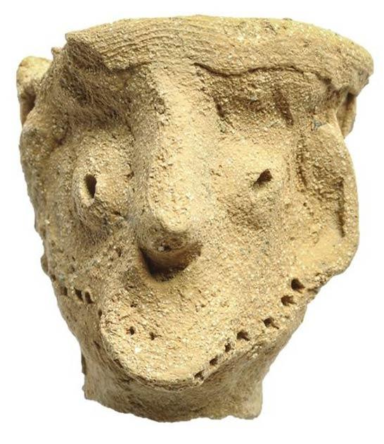 Esta figura masculina de arcilla fue encontrada en el templo de Tel Moẓa junto con otra figura masculina y dos artefactos de caballos. Fechado a fines del siglo X o principios del siglo IX a. C., tiene rasgos faciales pronunciados y lleva un tocado. Garfinkel lo describe como similar a la figura de Qeiyafa, y cree que puede ser un ídolo de Yahweh, que representa a Yahweh u otro dios masculino. (Clara Amit / Autoridad de Antigüedades de Israel)